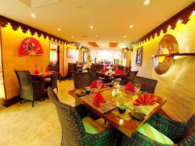 """مطعم """"سيلك روت"""" للأطعمة الصينية والتايلندية Arabian Courtyard Hotel & Spa rediseño بر دبي"""
