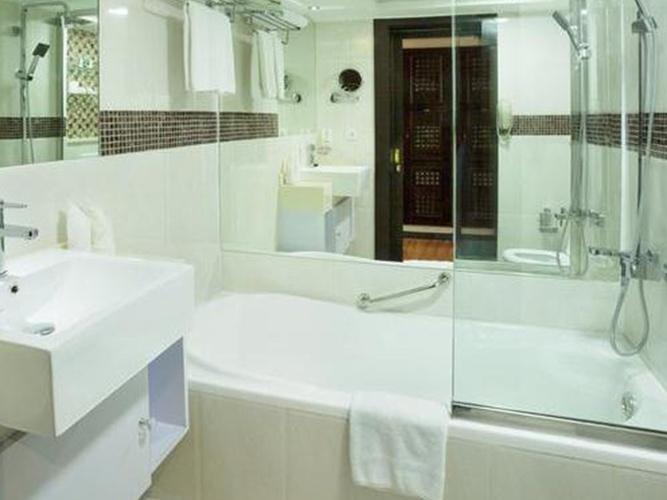حمام فندق اريبيان كورتيارد فندق وسبا بر دبي